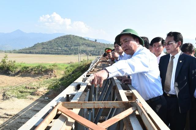 Thủ tướng thị sát một số công trình giao thông, thủy lợi tại Đắk Lắk.