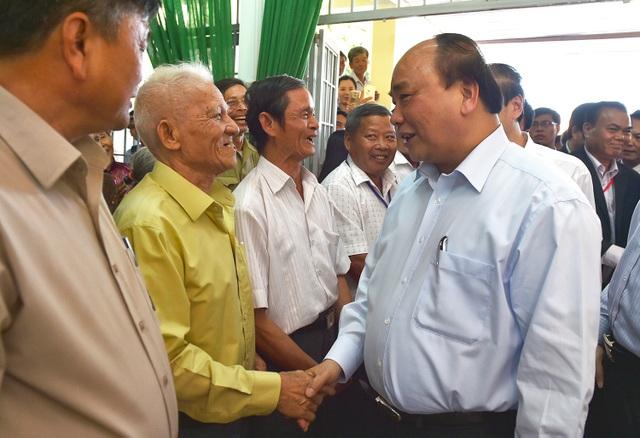 Thủ tướng đề nghị bà con đồng bào Tây Nguyên đoàn kết, cùng giúp nhau làm ăn, sinh sống.