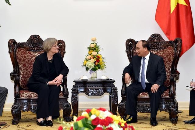 Thủ tướng Nguyễn Xuân Phúc tiếp bà Drew Gilpin Faust, Hiệu trưởng trường đại học Harvard. Ảnh: VGP/Nhật Bắc