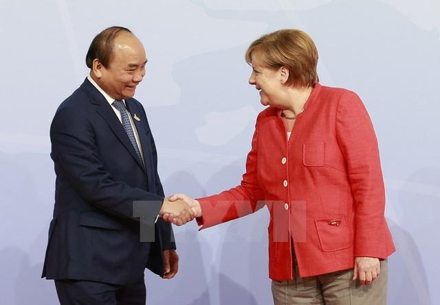 Thủ tướng Nguyễn Xuân Phúc và Thủ tướng Đức Angela Merkel trong chuyến thăm chính thức (ảnh: VGP)