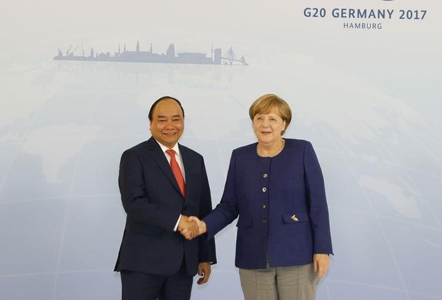 Thủ tướng Đức Angela Merkel đón Thủ tướng Nguyễn Xuân Phúc. Ảnh: Thống Nhất-TTXVN
