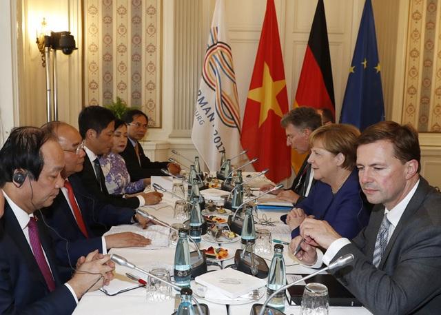 Tiếp tục chuyến thăm Cộng hòa Liên bang Đức và tham dự Hội nghị Thượng đỉnh G20, tối 6/7/2017 (theo giờ địa phương), tại thành phố Hamburg, Thủ tướng Nguyễn Xuân Phúc hội đàm với Thủ tướng Đức Angela Merkel. Ảnh: Thống Nhất-TTXVN
