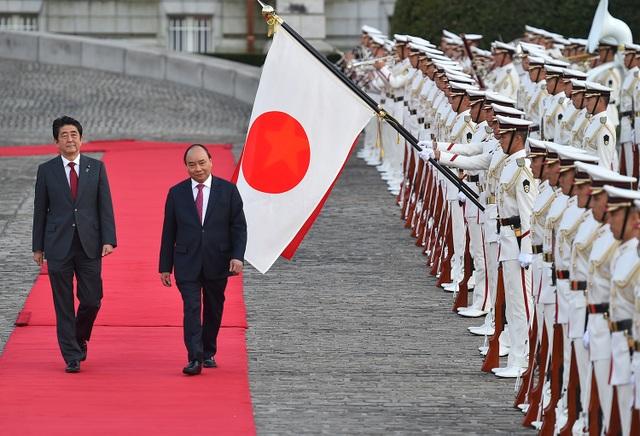 Thủ tướng Nguyễn Xuân Phúc và Thủ tướng Shinzo Abe trong Lễ đón chính thức tại Nhà khách Quốc gia Akasaka, Tokyo, Nhật Bản (ảnh: VGP)