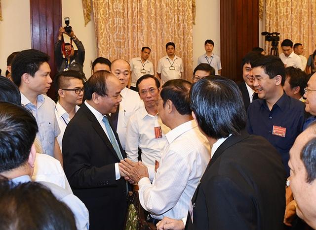 Thủ tướng gặp gỡ, trò chuyện với các doanh nhân