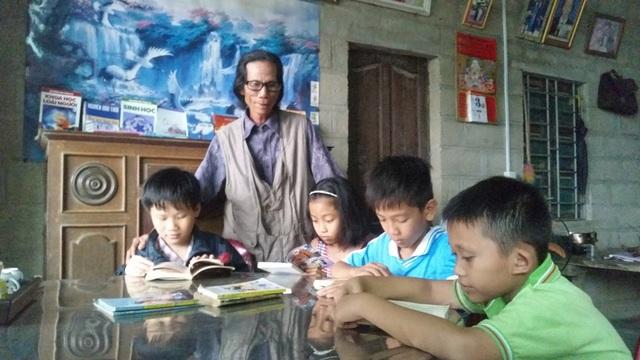 """Ông Trương Hào, """"chủ nhân"""" của thư viện và các em học sinh đang say mê đọc sách. Lúc nào đến đọc sách các em cũng được ông Hào hỏi thăm việc học tập cùng những lời động viên để các em có thêm cố gắng"""