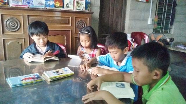 Sau mỗi giờ học, thành thói quen các em lại về với thư viện ông Hào