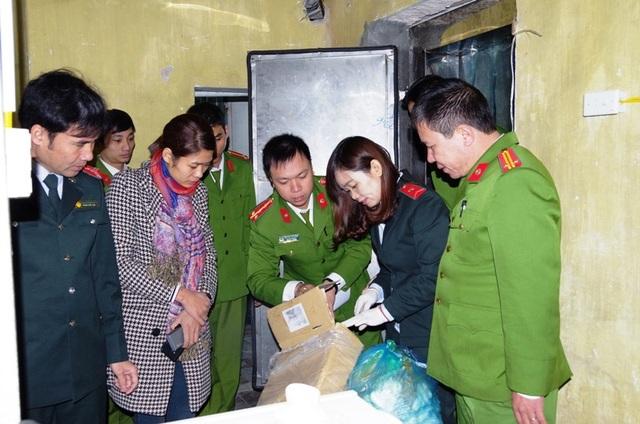Cơ quan chức năng kiểm tra cơ sở kinh doanh thực phẩm đông lạnh của chị Vũ Thị Hường (ảnh: Công an Hà Nam)