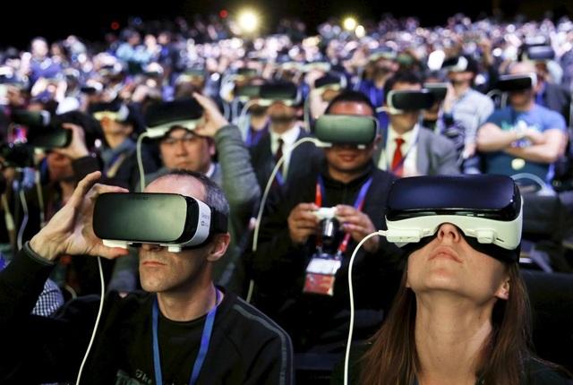 Khoa học công nghệ: Trong năm 2017, công nghệ thực tế ảo được dự đoán sẽ tiếp tục được phát triển và nhân rộng trên toàn thế giới.