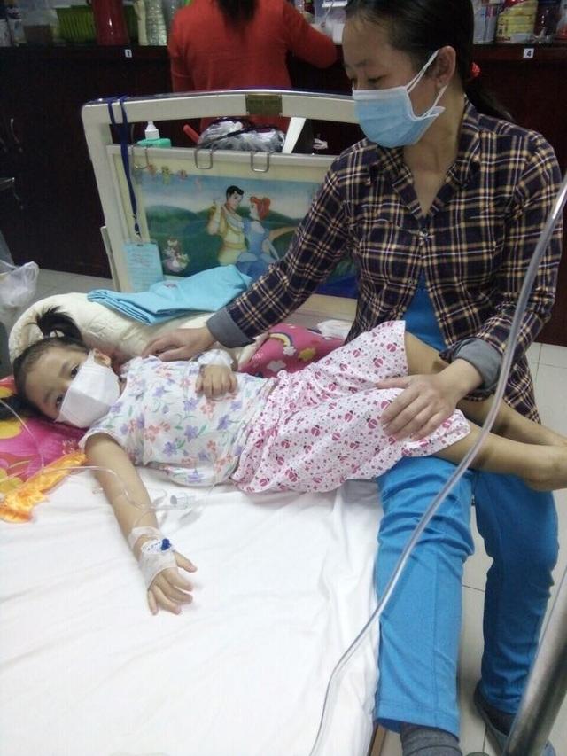 Thấy con quá đau đớn, vợ chồng chị Thùy đành liều cho con nhập viện