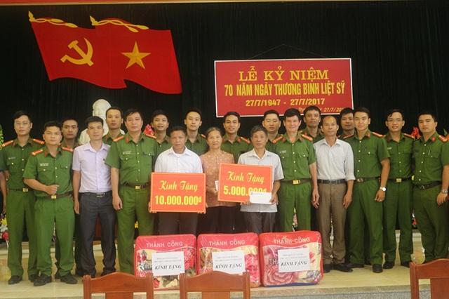 Học viện CSND tặng quà cho các gia đình thương binh, liệt sĩ
