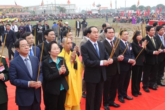 Chủ tịch nước Trần Đại Quang và nguyên Phó chủ tịch nước Nguyễn Thị Doan, Chủ tịch Hội Khuyến học Việt Nam cùng các lãnh đạo bộ, ban, ngành dâng hương linh vị vua Lê Đại Hành và Thần Nông