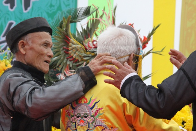 Một lão nông tái hiện hình ảnh vua Lê Đại Hành bước lên lễ đài khấn cáo vua Lê và Thần Nông