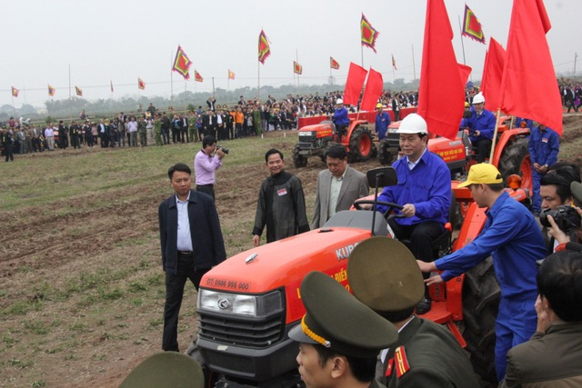 Chủ tịch nước Trần Đại Quang lái máy cày trên cánh đồng Đọi Sơn