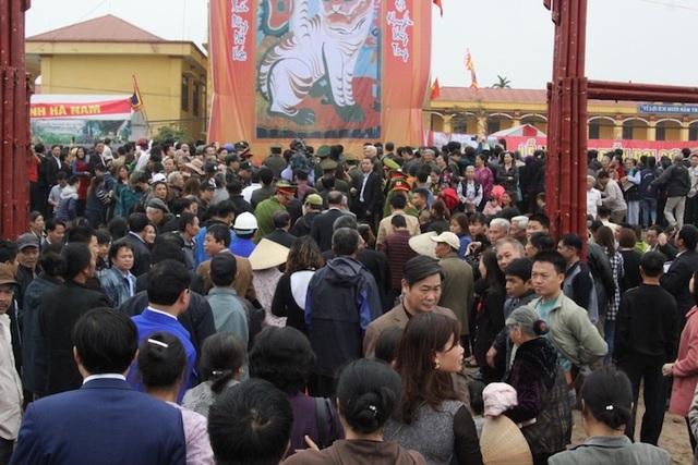 Hàng nghìn người đổ về chân núi Đọi tham gia lễ hội Tịch Điền 2017
