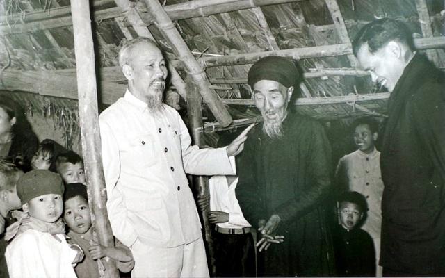 Chủ tịch Hồ Chí Minh thăm gia đình có công với cách mạng ở thôn Phú Gia, Phú Thượng, Hà Nội năm 1955.