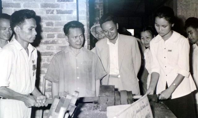 Phó Thủ tướng Lê Thanh Nghị đến thăm xưởng Chiến thắng - một cơ sở sản xuất của anh em thương binh, quân nhân và gia đình liệt sĩ ở Hà Nội năm 1965.