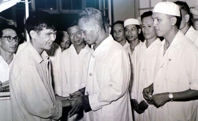 Thủ tướng Chính phủ Phạm Văn Đồng ân cần thăm hỏi thương binh đang điều trị tại Viện Quân y 108 Hà Nội năm 1967.