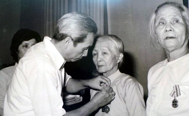 Đồng chí Trần Vĩ, Ủy viên Trung ương Đảng, Chủ tịch UBND TP Hà Nội, trao Huân chương Độc lập hạng Nhì cho cụ Thái Thị Thịnh, người có chồng và 3 con là liệt sĩ (năm 1985).