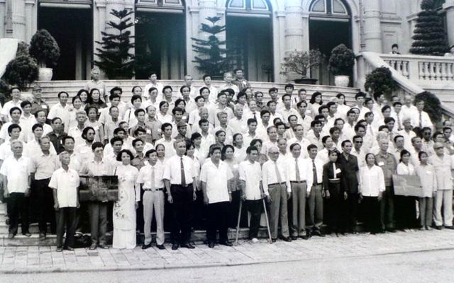 Chủ tịch Quốc hội Nông Đức Mạnh và đồng chí Võ Chí Công - cố vấn Ban Chấp hành Trung ương Đảng, tiếp thân mật và chụp ảnh lưu niệm với các đại biểu thương binh và gia đình liệt sĩ làm kinh tế giỏi các tỉnh phía Bắc (năm 1993).