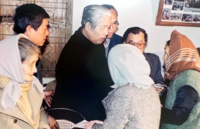 Tổng Bí thư Ban Chấp hành Trung ương Đảng Đỗ Mười ân cần thăm hỏi các cụ tại trung tâm nuôi dưỡng, điều dưỡng người có công TP Hà Nội năm 1993.