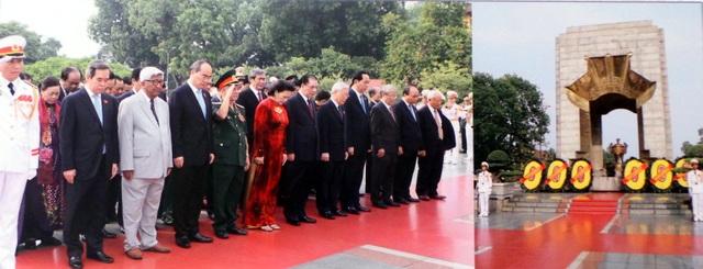 Đoàn đại biểu lãnh đạo Đảng, Nhà nước, các bộ, ban, ngành ở Trung ương và Hà Nội đến đặt vòng hoa, dâng hương tại Đài tưởng niệm các anh hùng liệt sĩ (đường Bắc Sơn, Hà Nội).