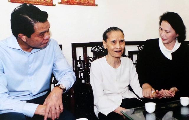 Chủ tịch Quốc hội Nguyễn Thị Kim Ngân, lãnh đạo thành phố Hà Nội thăm và tặng quà Mẹ Việt Nam anh hùng Nguyễn Thị Xuyên (có 2 con trai là liệt sĩ) ở phường Vĩnh Phúc, Ba Đình, Hà Nội.