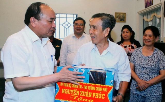 Thủ tướng Chính phủ Nguyễn Xuân Phúc thăm và tặng quà gia đình thương binh hạng 1/4 Nguyễn Thế Minh (phường Xuân Khánh, quận Ninh Kiều, TP Cần Thơ).