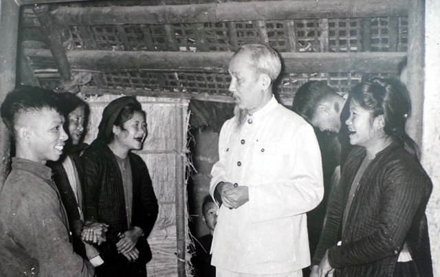 Chủ tịch Hồ Chí Minh thăm gia đình có công với cách mạng ở TP Hà Nội năm 1955.