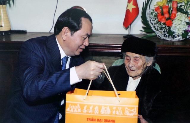 Chủ tịch nước Trần Đại Quang thăm hỏi và tặng quà Mẹ Việt Nam anh hùng Lê Thị Sáu (ở phường Bến Thủy, TP Vinh, Nghệ An) năm 2017.