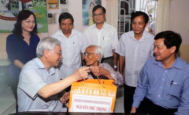 Tổng Bí thư Nguyễn Phú Trọng thăm, tặng quà Mẹ Việt Nam anh hùng Nguyễn Thị Hạnh (ở xã Phong Thạnh Tây A, huyện Phước Long, Bạc Liêu) năm 2017.