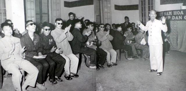 Chủ tịch Hồ Chí Minh thăm trường Thương binh hỏng mắt.