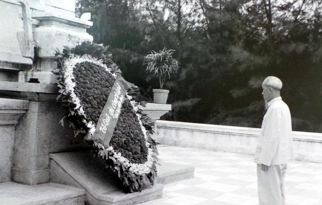 Chủ tịch Hồ Chí Minh đặt vòng hoa viếng nghĩa trang liệt sĩ Mai Dịch năm 1960.