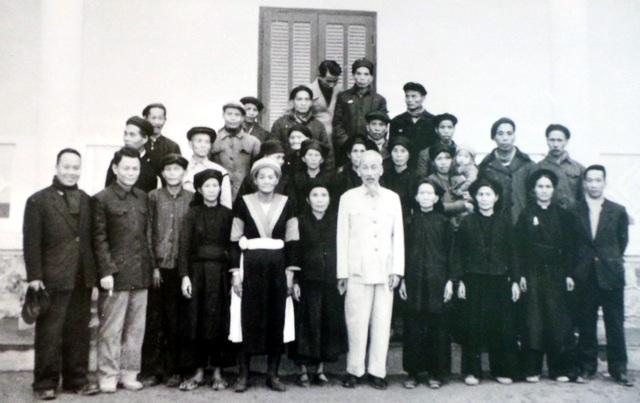 Chủ tịch Hồ Chí Minh chụp ảnh lưu niệm với đại biểu các gia đình có công với cách mạng của tỉnh Cao Bằng.