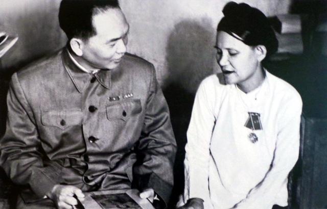 Đại tướng Võ Nguyên Giáp ân cần thăm hỏi cụ Lê Thị Hợp, người đã có 10 người con tòng quân, năm 1957.