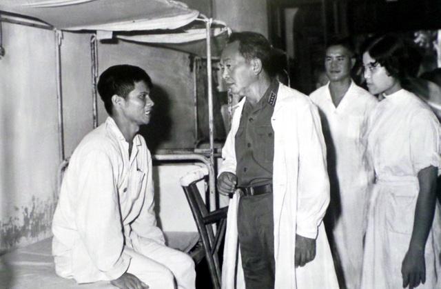 Đại tướng Võ Nguyên Giáp thăm thương binh đang điều trị tại Viện Quân y 108 Hà Nội năm 1969.