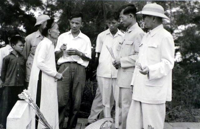 Phó Thủ tướng Phan Kế Toại và Chủ tịch Ủy ban Hành chính Hà Nội Trần Duy Hưng ân cần thăm hỏi mẹ liệt sĩ Đặng Thị Nhân (năm 1960).