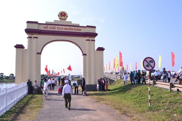 Rất đông người dân tham quan khu di tích Hiền Lương