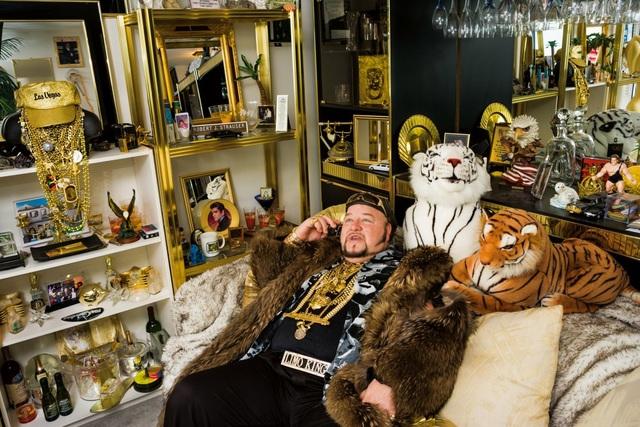 """Limo Bob, 49 tuổi, tự xưng là """"Vua Limo"""", khoác lên mình 30 kg vàng cùng chiếc áo lông dài do Mike Tyson tặng. Cả """"hạm đội"""" xe limo của ông có một chiếc Cadillac dài khoảng 30m, được trang trí bằng những chiếc đèn chùm pha lê, bồn tắm sục và cột dành cho các vũ công múa cột."""