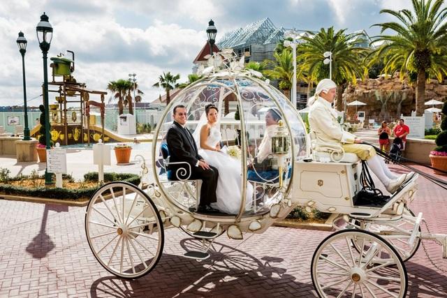 Christina, 21tuổi, ngồi trên chiếc xe pha lê được thiết kế như xe của nàng lọ lem Cinderella với 6 chú ngựa và người lái xe, trên đường tới lễ cưới tổ chức ở Walt Disney World, Orlando, Florida.
