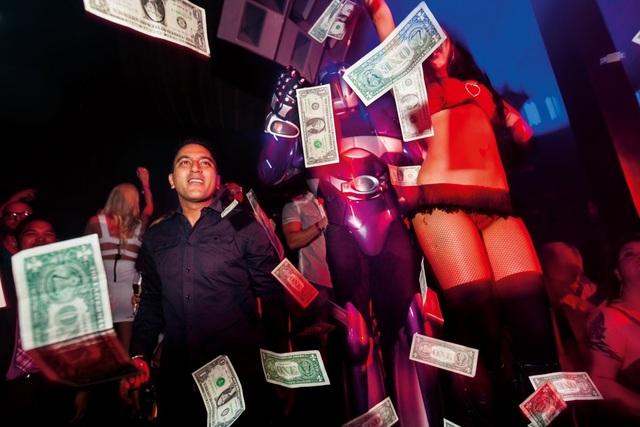"""Một vị khách VIP với """"cơn mưa tiền"""" hàng trăm USD tung ra trong một hộp đêm ở Marquee. Được biết, đây là một trong những hộp đêm đông khách nhất ở Las Vegas, Mỹ."""