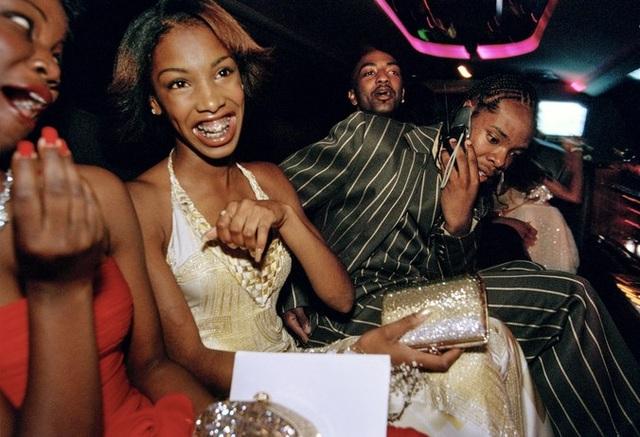 Những nữ sinh của trường trung học Crenshaw ngồi trên chiếc limo để tới dự bữa tiệc chia tay prom cuối năm. Ảnh chụp ở Culver City, California vào năm 2001.