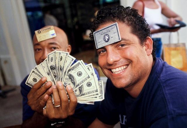 Đạo diễn phim kiêm nhà sản xuất Brett Ratner (bên phải) chụp cùng Russell Simmons, 41 tuổi, là doanh nhân đồng sáng lập hãng Def Jam, dùng bữa ở nhà hàng LIguane ở St. Barts vào năm 1998. Tại hòn đảo này rất ít nơi chấp nhận thẻ tín dụng. Bởi vậy, du khách khi tới đây phải đem theo nhiều tiền mặt.