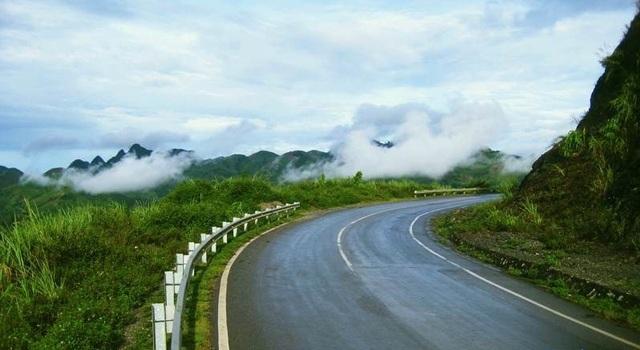 Bạn có thể đi xe máy tới Hòa Bình, trên đường có khá nhiều cảnh đẹp để dừng lại chụp hình.