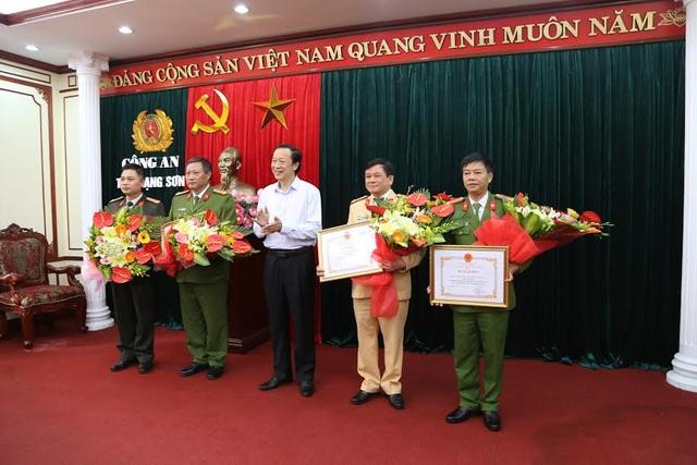 Lãnh đạo tỉnh Lạng Sơn đã trao thưởng nóng và tặng bằng khen cho các đơn vị