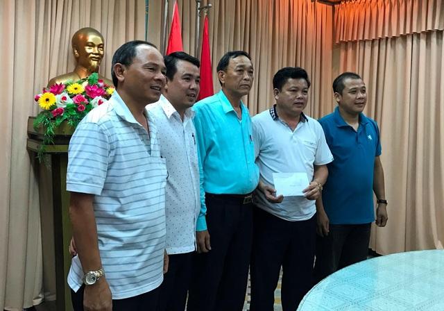 Đại tá Trần Mưu đã thay mặt Công an thành phố thưởng nóng Công an quận Hải Châu 10 triệu đồng vì bắt nhanh nhóm thanh thiếu niên đập phá hàng loạt ô tô