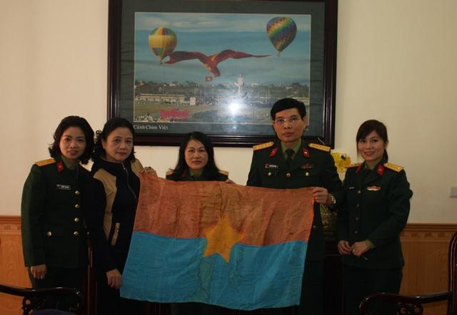 Lá cờ giải phóng của Denver Shannon trao trả cho phía Việt Nam được Thượng tá Nguyễn Thị Tiến chuyển đến Bảo tàng Quân khu 4 để bảo quản và trưng bày, phục vụ công tác tuyên truyền, giáo dục lịch sử đất nước.
