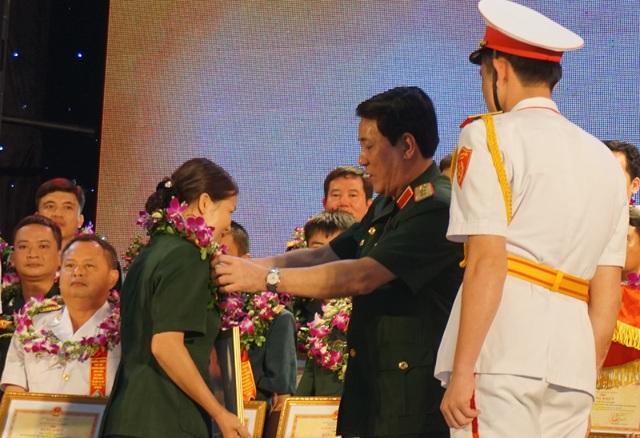 Thượng tướng Lương Cường - Chủ nhiệm Chính trị quân đội nhân dân Việt Nam trao vòng nguyệt quế cho các gương điển hình tiên tiến toàn quân