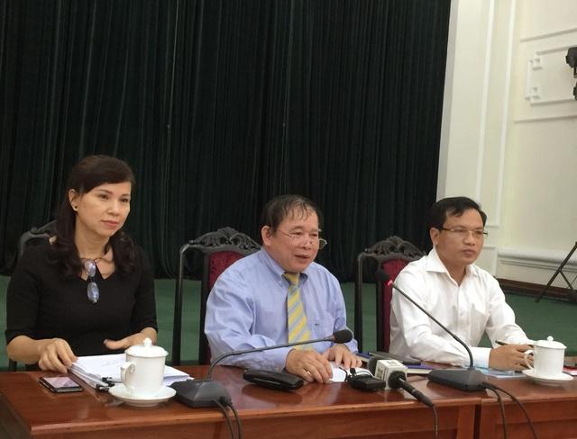 Thứ trưởng Bùi Văn Ga (giữa) chia sẻ về điểm sàn xét tuyển ĐH năm nay.