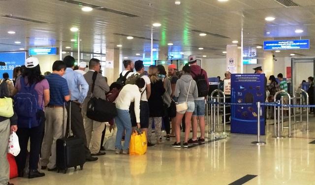 Hành khách làm thủ tục kiểm tra an ninh tại sân bay Tân Sơn Nhất