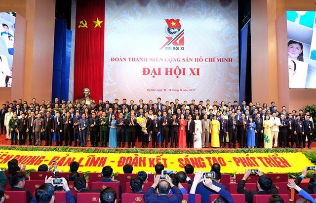 Thủ tướng Nguyễn Xuân Phúc chụp ảnh lưu niệm với 151 đại biểu trúng cử Ban chấp hành TW Đoàn nhiệm kỳ 2017 - 2022.